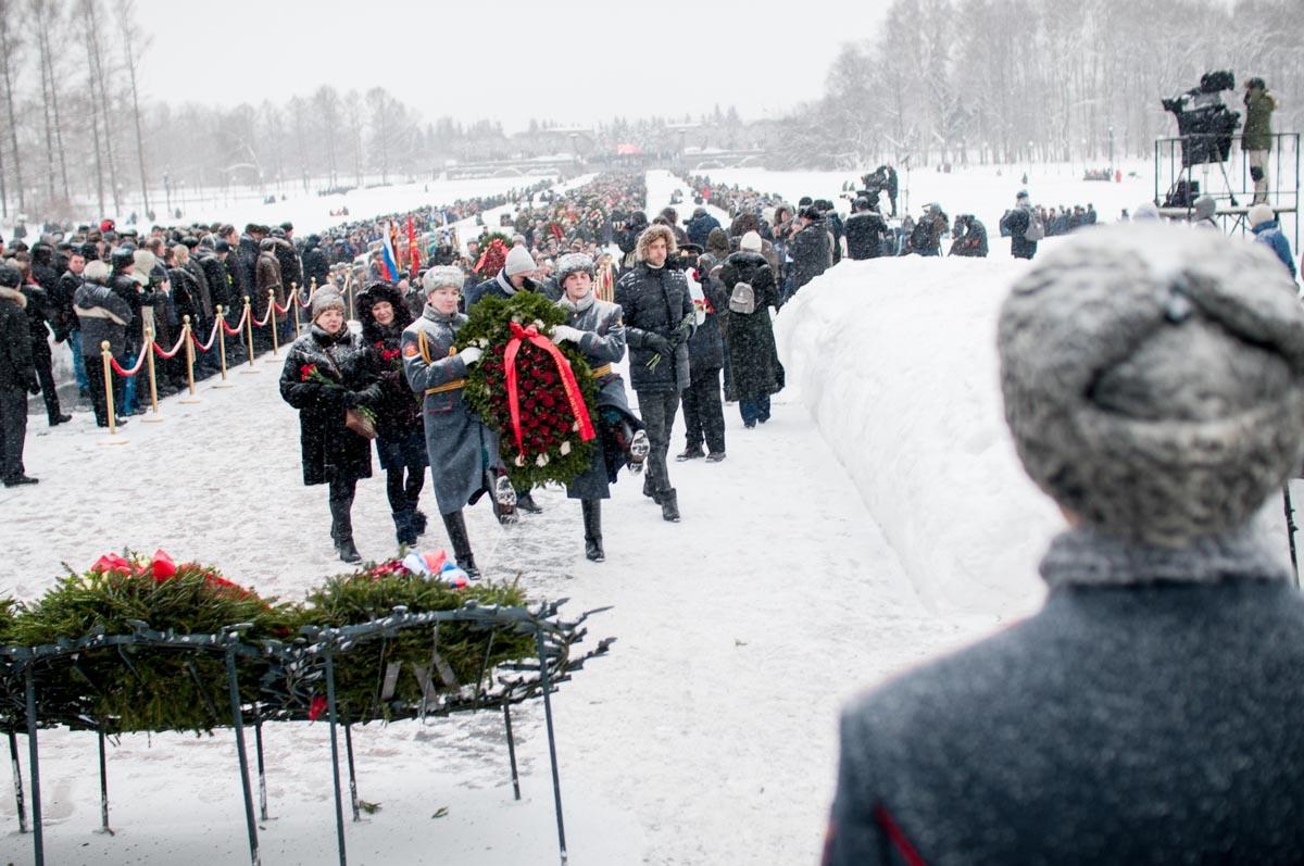 Kranzniederlegung auf dem Piskarjowskoje-Gedenkfriedhof. Januar2019