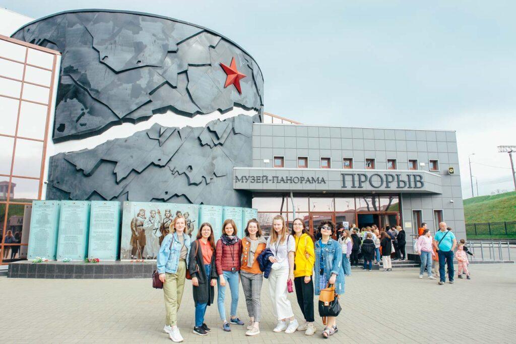 """Die vom drb organisierte Exkursion """"Der Durchbruch der Leningrader Blockade"""": nach dem Besuch des Diorama-Museums """"Der Durchbruch"""" in der Stadt Kirowsk."""